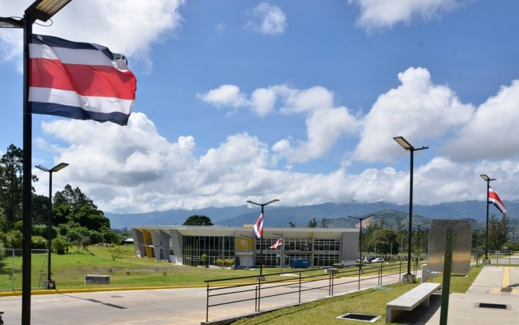 Fotografía del campus central en Cartago con decoración de banderas.