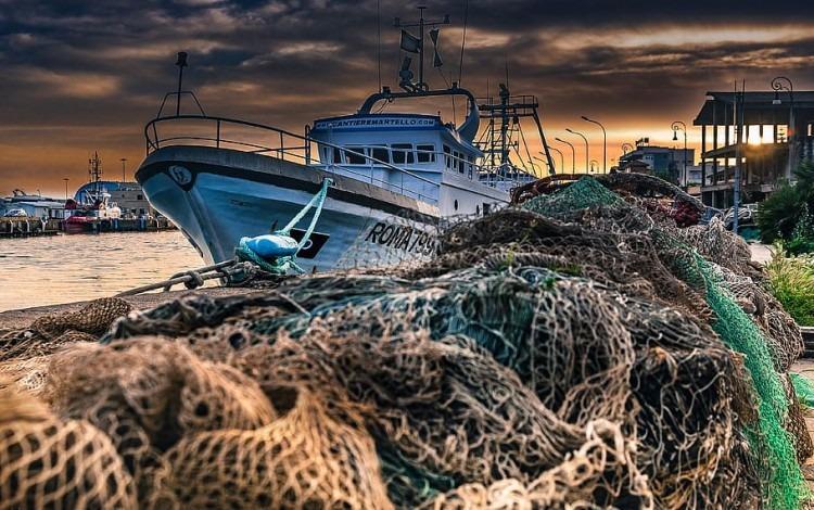 redes de pesca y barco en mar