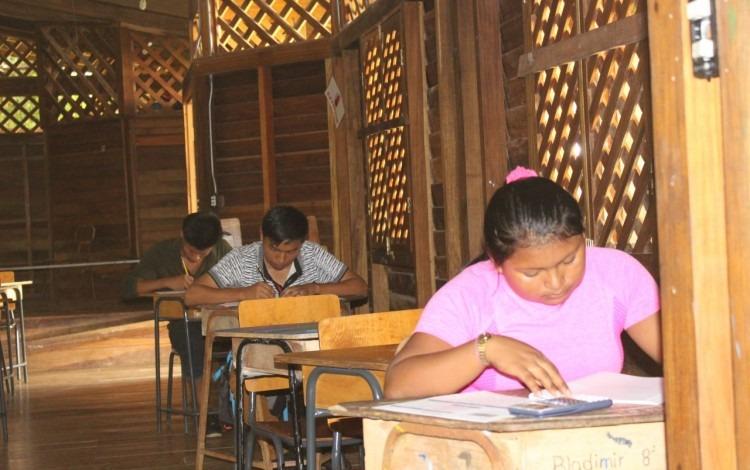 Imagen de tres estudiantes indígenas realizando el examen de admisión al TEC.