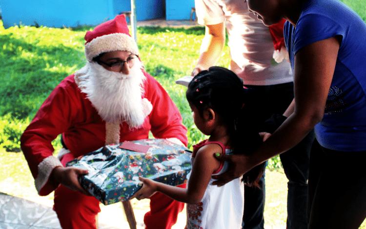 Estudiantes del TEC realizaron una fiesta de navidad para niños y padres de la Escuela Unidocente de Shuabb. Foto: Cortesía D. Arias.
