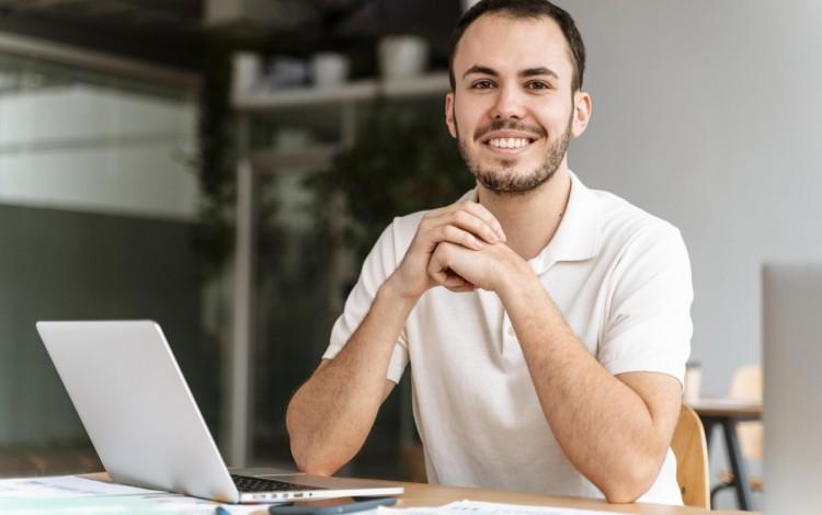 hombre frente a computadora