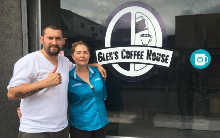 Ana Isabel Arce emprendió, junto a su hijo Glen Calvo, el ambicioso proyecto de una cafetería en el centro de San José. (Foto cortesía de Glen's Coffee House)