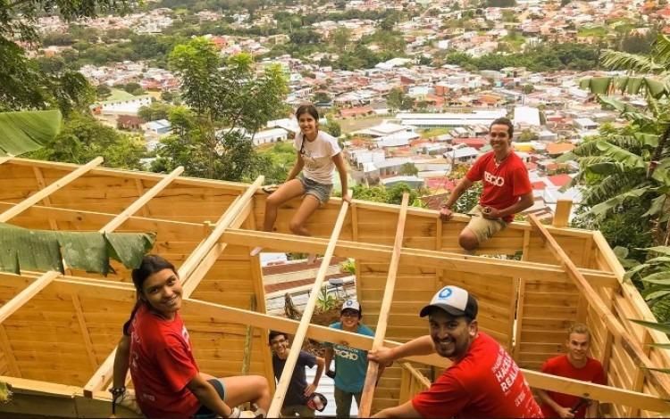 Grupo de jóvenes voluntarios de TECHO construyendo una vivienda de emergencia