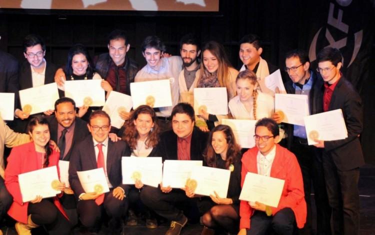 Un grupo de estudiantes muestran sus diplomas.