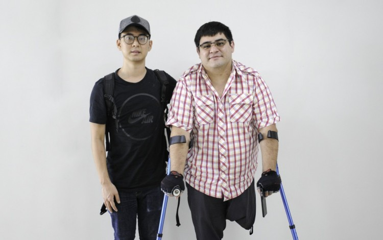 """Imagen de dos hombres posando para la cámara. Ellos impartieron una charla sobre la """"Inserción Laboral de personas con Discapacidad""""."""