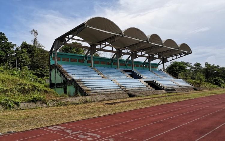 pista y graderia del estadio de Limón