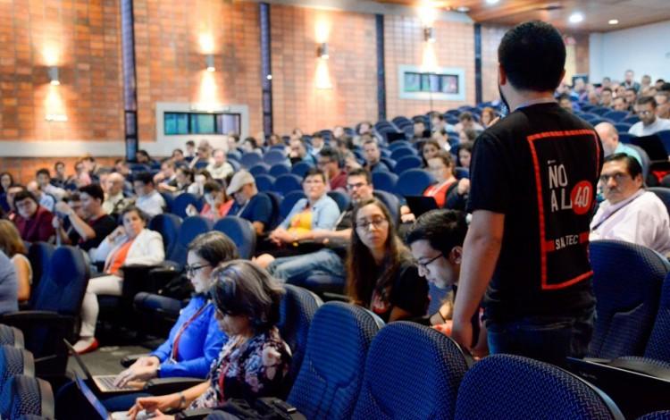 congresista estudiantil en congreso institucional