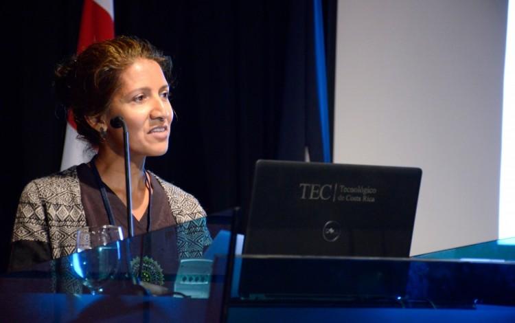 experta-zarina-subhan-hablando-en-podio-centro-de-las-artes-