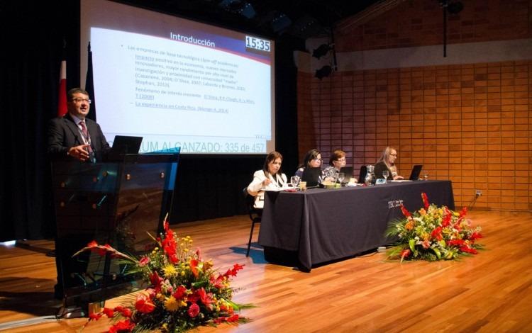 expositor_durante_congreso_institucional_