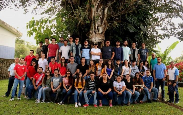 La fotografía muestra el grupo de estudiantes, posando, que participó del convivio.
