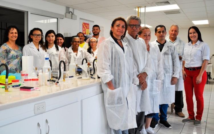 miembros de coopeproguata en laboratorio del TEC