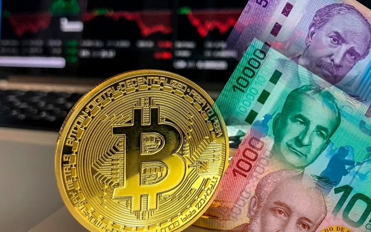 moneda de bitcoin con billetes de costa rica