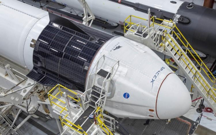 Nave Espacial recostada, en el hangar.