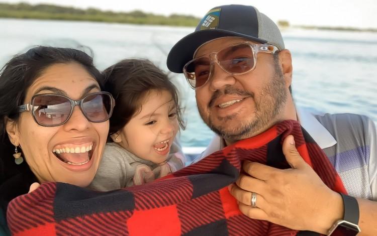 Pareja de costarricenses con su hija