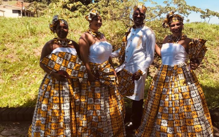 imagen de tres mujeres vestidas de gala junto a un hombre, en la provincia de Limón