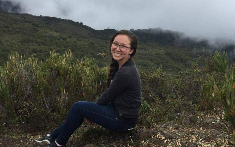 Imagen de una estudiante en la montaña