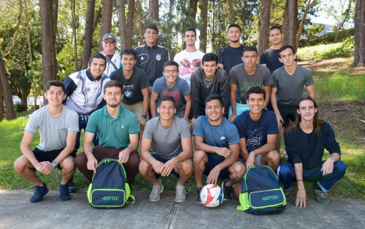 Imagen del equipo masculino del TEC  junto a su entrenador