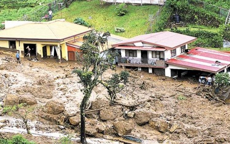 casas afectadas por lodo en deslizamiento
