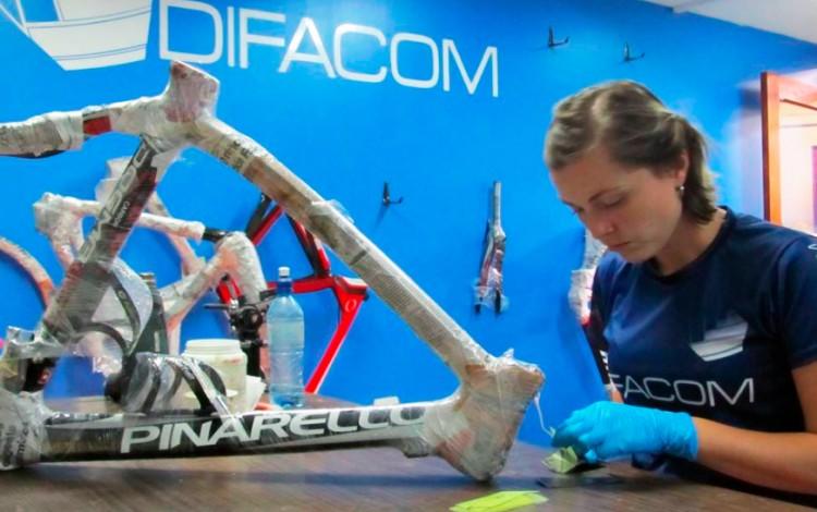 Mariana Brenes, graduada de Ingeniería en Materiales, durante el trabajo en una de las bicicletas. (Foto: Difacom)