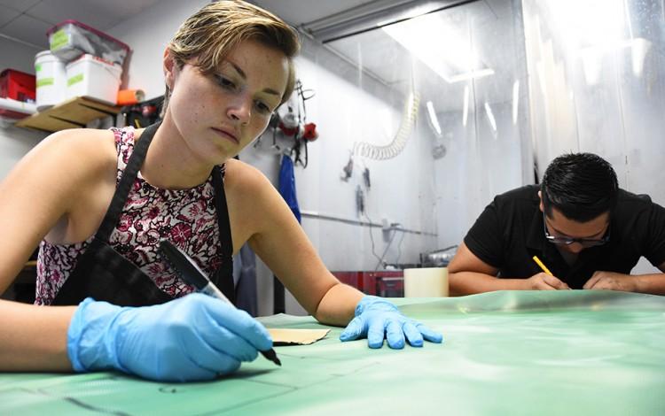 mujer trabajando en mesa de dibujo