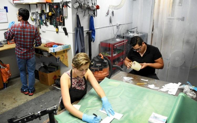 Jóvenes en un taller de reparación de bicicletas.