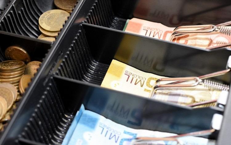 billetes y monedas en una caja registradora