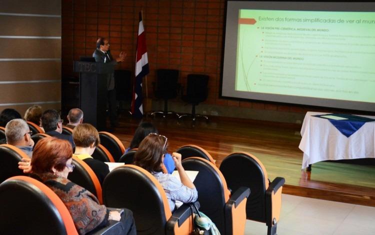 estudiantes_docinade_exponiendo_