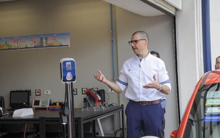 Imagen de un hombre con un cargador eléctrico.