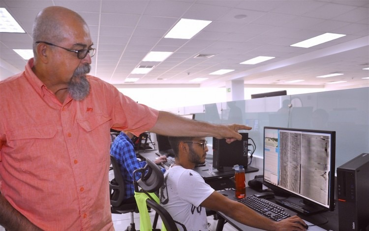 egresado del TEC en su empresa muestra los equipos