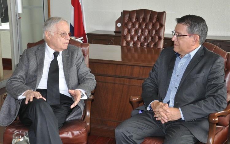 exrector junto a expresidente sentados en sillones