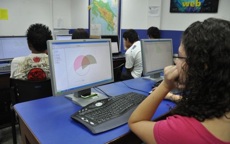 estudiante observa computadora