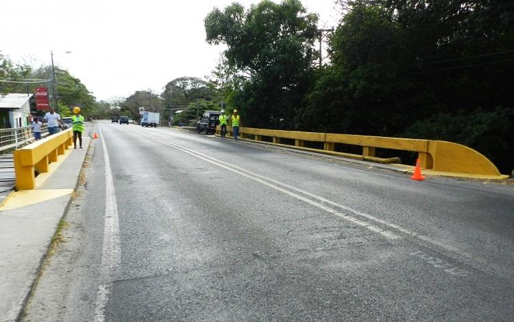 Inspectores, con chalecos amarillos, revisan el estado de un puente.