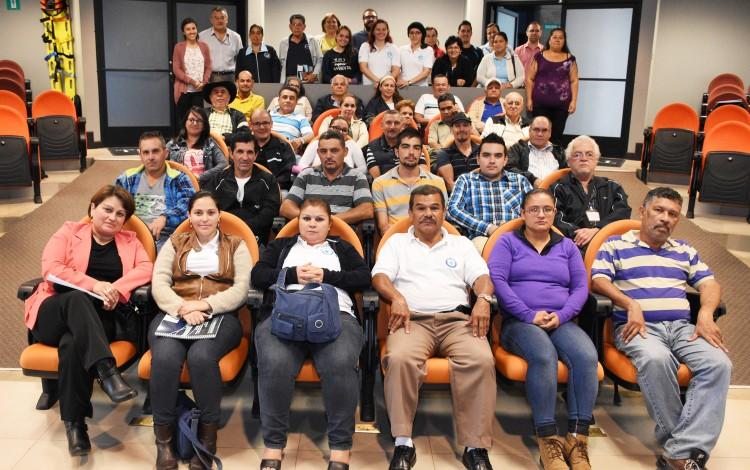 Representantes de las Asadas, del Ministerio de Salud y del AyA recibieron el informe con los resultado de la investigación. (Foto: Ruth Garita / OCM).