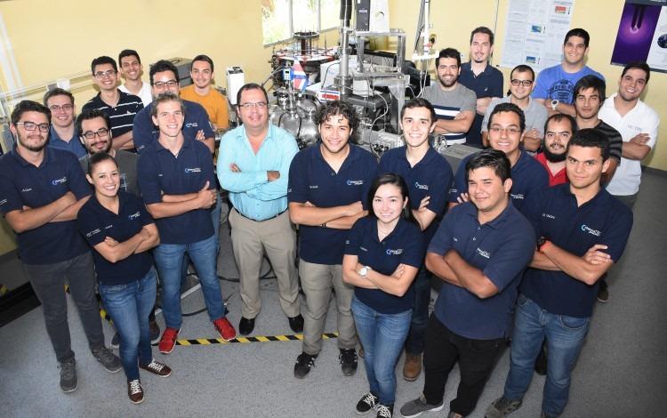Equipo que conforma el Laboratorio de Plasmas para Energía de Fusión y Aplicaciones del TEC. (Foto: Ruth Garita/OCM)