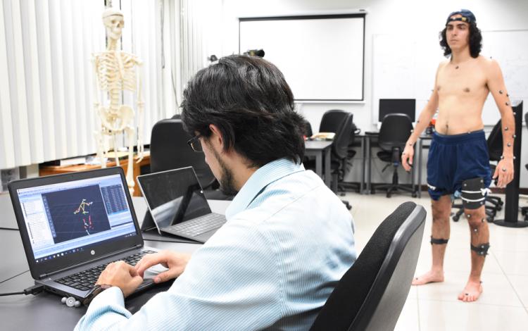 Mediante marcadores retroreflexivos, colocados en puntos estratégicos, los investigadores de ErgoTEC pueden crear un modelo tridimensional del movimiento del cuerpo humano al levantar cargas. Foto: Ruth Garita / OCM.