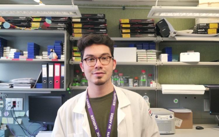 Esteban Chacón en el laboratorio.