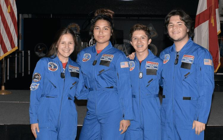 imagen de cuatro estudiantes del Científico en el Space Camp
