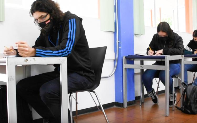 personas haciendo examen de admision del tec en cartago