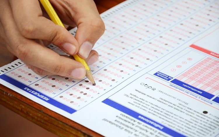 Un joven aplica el examen.