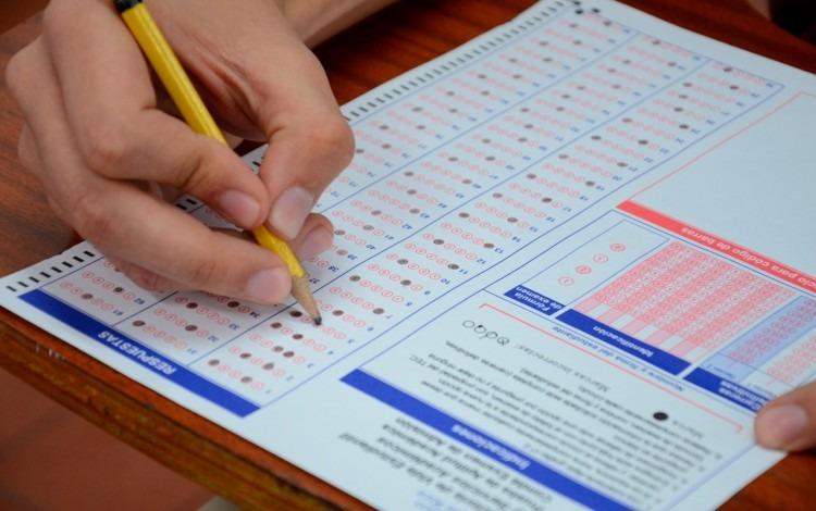 mano de persona con lápiz haciendo examen del tec