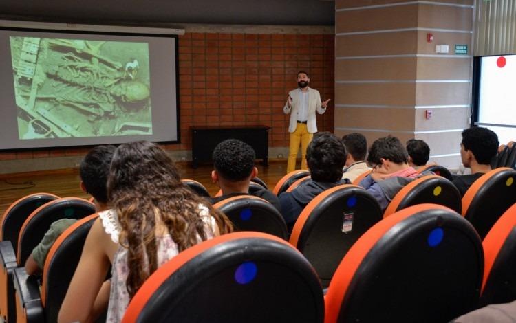 imagen de un expositor hablando sobre información falsa a los estudiantes de física.