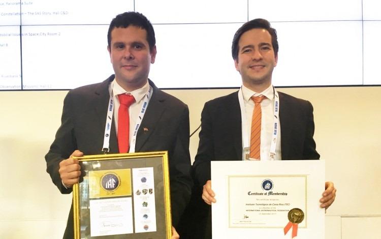 Dos investigadores del TEC muestran el certificado.