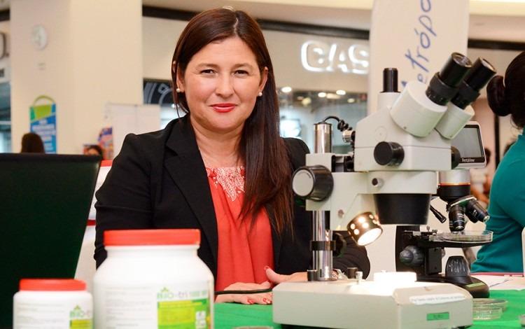 mujer con microscopio.