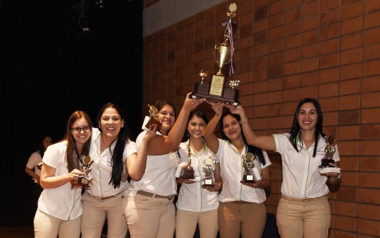 Seis mujeres levantan un trofeo.