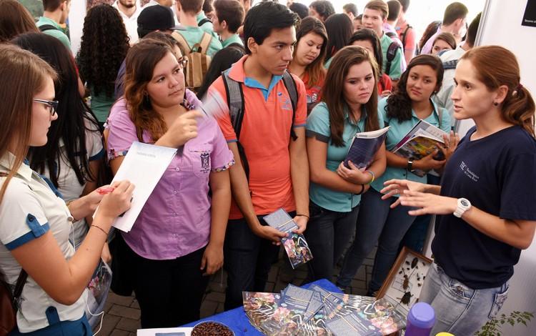 Un grupo de estudiantes atiende una explicación en la Feria Vocacional.