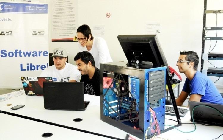Imagen de varios jóvenes frente a una computadora