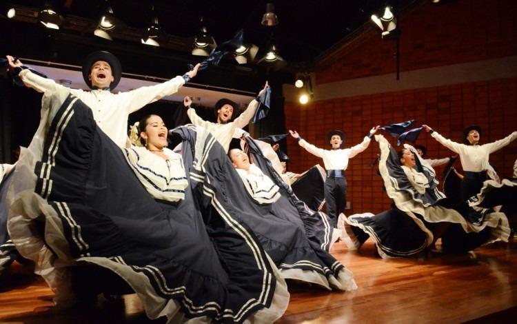 Bailarines y bailarinas en el escenario.