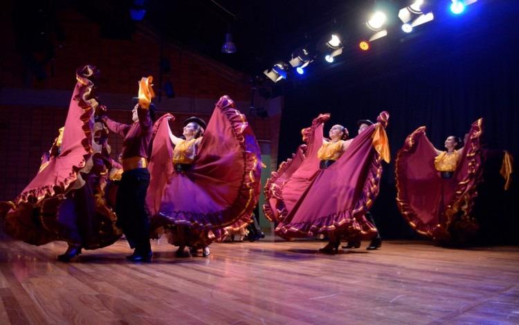 imagen de varias personas bailando folclor.