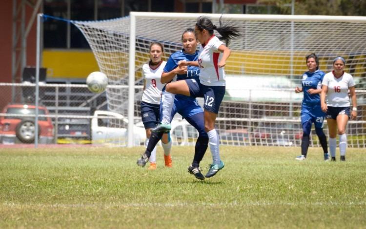 Dos jugadoras compiten por el balón en el fútbol.
