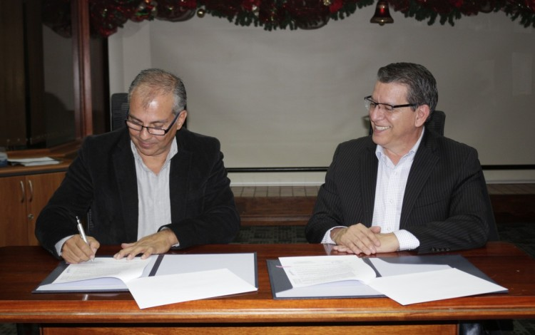 El Dr. Julio César Calvo Alvarado y el Ing. Carlos Roberto Acuña Esquivel firmando un convenio para beneficio de los egresados del TEC.